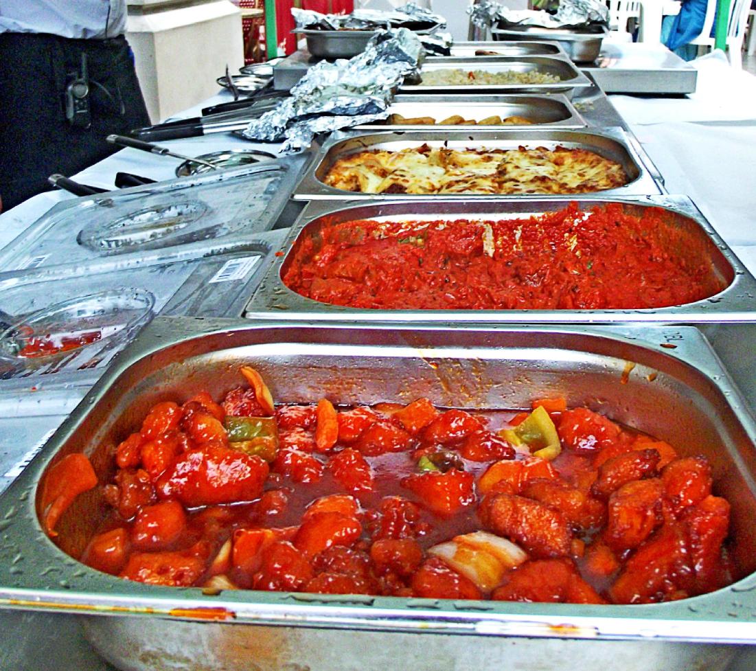 1.- Hostelería y Servicios: menaje, catering, bebidas y alimentación, iluminación, sonido, aseos, seguridad, etc.